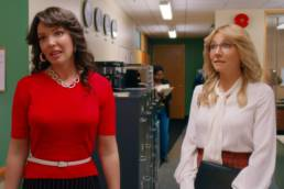 FIREFLY LANE (L to R) KATHERINE HEIGL as TULLY and SARAH CHALKE as KATE in episode 101 of FIREFLY LANE. Cr. COURTESY OF NETFLIX © 2020